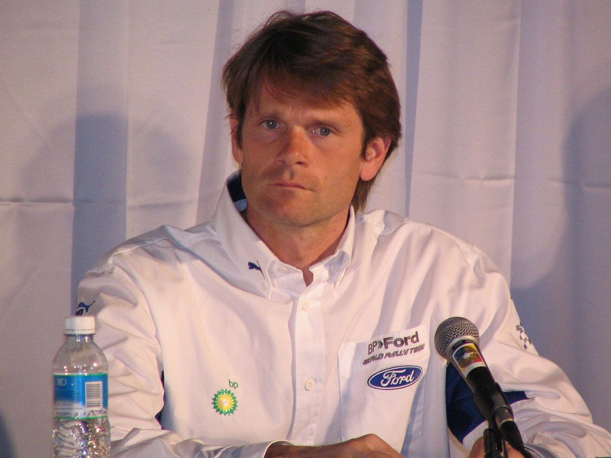 Marcus Grönholem bei einer Pressekonferenz während seiner WRC-Zeit bei Ford. Bild: By Eduardo Parise (Flickr) [CC BY 2.0], via Wikimedia Commons