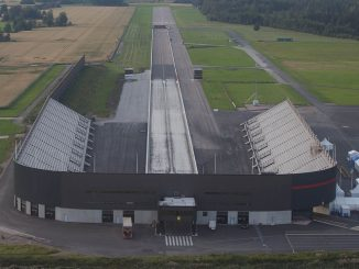 "Die Tierp-Arena. By Jeroen Komen from Utrecht, Netherlands - Dragracing track on one end of the airfield of Tierp. I wanted to do a toch & go on the other end, but some guys were flying there model planes there, so I did a ""go around""., CC BY-SA 2.0, Link"